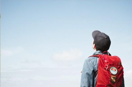 空を見上げる男の子