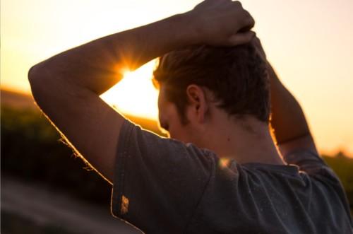 太陽の中の男性