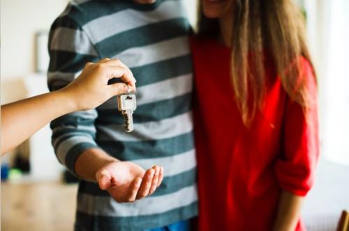 カップルと家の鍵