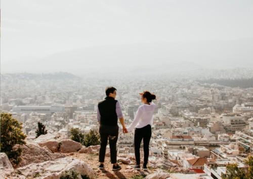 崖の上のカップル