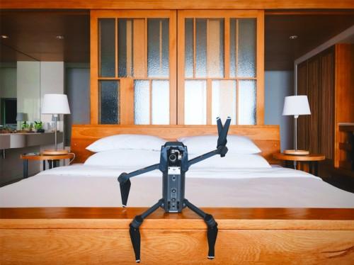ベッドに座るロボット